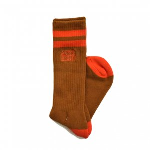 <img class='new_mark_img1' src='https://img.shop-pro.jp/img/new/icons5.gif' style='border:none;display:inline;margin:0px;padding:0px;width:auto;' />ANTIHERO  BLACKHERO OUTLINE SOCKS  / BROWN/RED (アンチヒーロー ソックス)