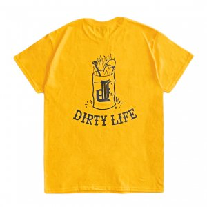 <img class='new_mark_img1' src='https://img.shop-pro.jp/img/new/icons5.gif' style='border:none;display:inline;margin:0px;padding:0px;width:auto;' />OUR LIFE x DIRTY PIGEON DIRTY LIFE TEE / GOLD(アワーライフ Tシャツ)