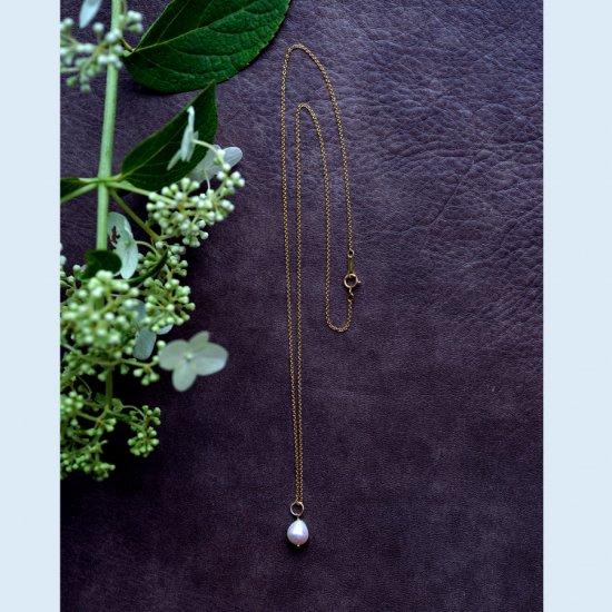 ドロップ真珠のセミロングネックレス 〜Ynes