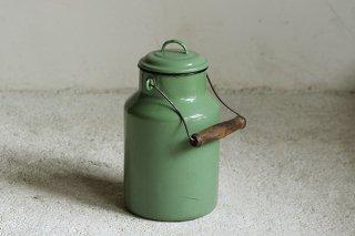 くすんだ緑のホーロー製ミルク缶/ハンガリー