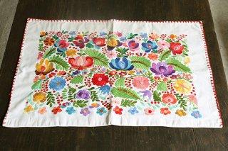 ハンガリーの刺しゅう/マチョーのバラの枕