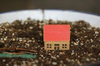 木のドイツの一軒家(赤)