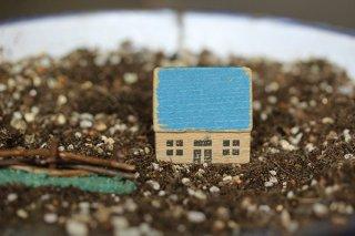 木のドイツの一軒家(青)
