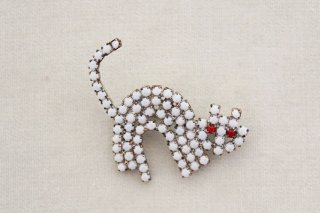 ラインストーンのブローチ/猫(白×赤目)2