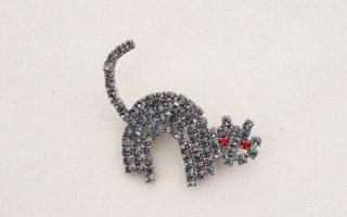 ラインストーンのブローチ/猫(キラキラ水色×赤目)