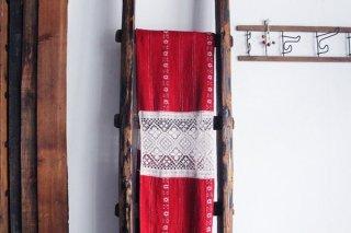民俗色あふれる赤の布/ルーマニア
