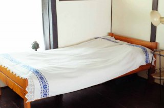 青の伝統柄手織り布のベッドカバー/ルーマニア