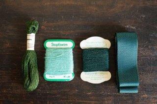 緑のリボンと糸