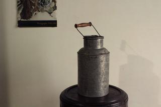 木の把っ手が渋い3リットルミルク缶