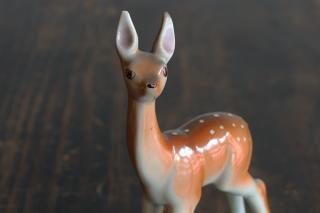 スックとした立ち姿が美しい子鹿の置きもの/ハンガリー