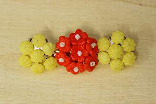 チェコビーズのブローチ 3つ並ぶまるい花/黄と赤
