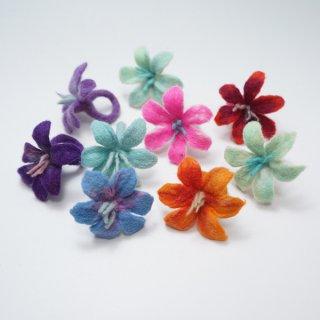 キルギスのフェルトの花のリング