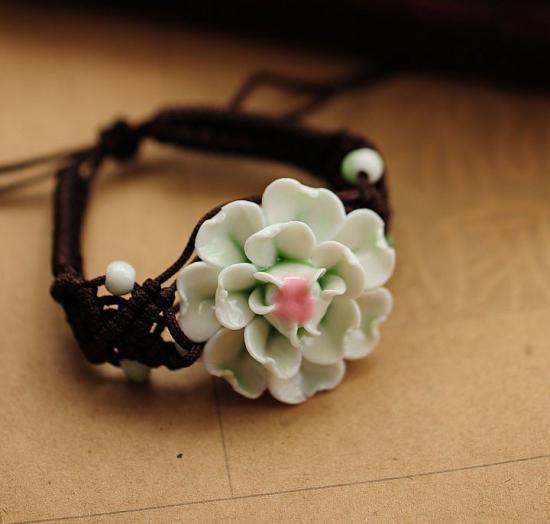 陶器の花のブレスレット