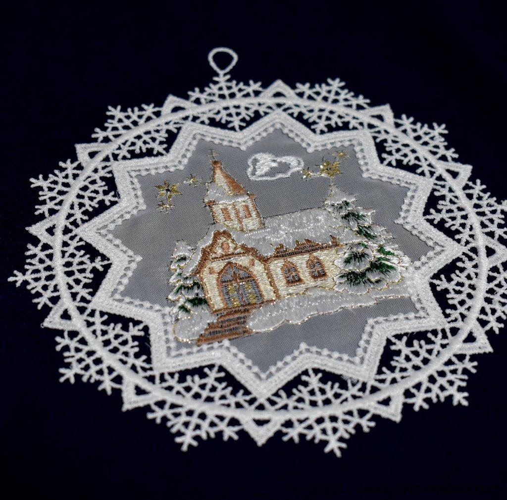 レースリース・教会 SA290873 伝統のクリスマス飾り・北欧の人形