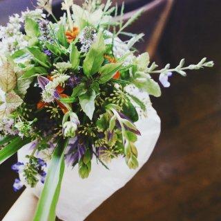 フレッシュハーブと季節の花のブーケ