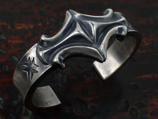 スカルプテッド ダイヤモンド フラット バー ボールド バングル