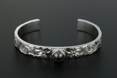 Scroll Pearl Bangle 9mm