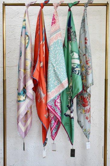 manipuri(マニプリ) 明るく楽しい様々なモチーフ柄のヴィンテージ感溢れるミドルサイズのシルクツイルスカーフ(88cm ×88cm )