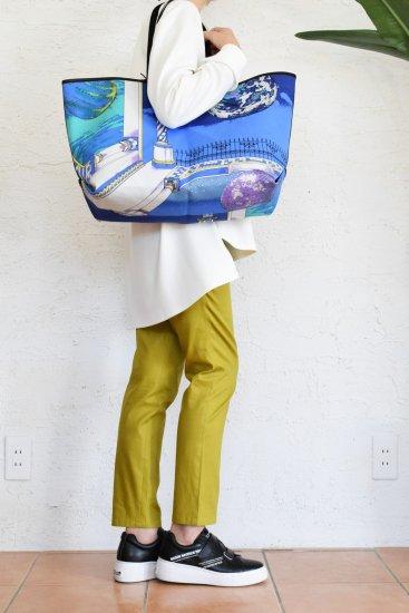 manipuri(マニプリ) 季節感感溢れる華やかでクラシカルなスカーフ柄をプリントした 舟形キャンバストートバック L [革ひもポーチ付き]