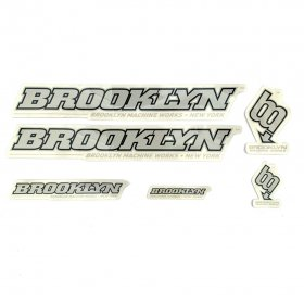 <img class='new_mark_img1' src='https://img.shop-pro.jp/img/new/icons5.gif' style='border:none;display:inline;margin:0px;padding:0px;width:auto;' />BROOKLYN MACHINE WORKS - STICKER SET - GREY - BLACK