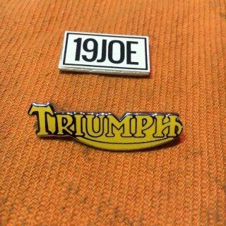 ラペルバッジ Triumphスクリプト イエロー
