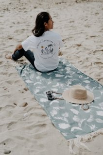 <img class='new_mark_img1' src='https://img.shop-pro.jp/img/new/icons14.gif' style='border:none;display:inline;margin:0px;padding:0px;width:auto;' />Tropical Leaf Beach Towel