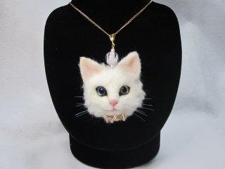 羊毛フェルト リアルで可愛いオッドアイの白猫ネックレス トンボ玉付 ゆこりん工房 猫 オッドアイ アクセサリー