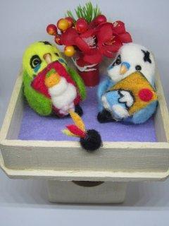 正月飾り 仲良しセキセイインコ羽子板で遊ぶ♬ 鳥 ゆこりん工房