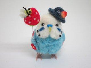 新作 羊毛フェルト 苺風船に蜂付 セキセイインコ花刺繍フィギュア 水色 ゆこりん工房