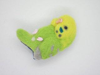 羊毛フェルト 抱っこ中のセキセイインコピンブローチ 薄黄緑 ゆこりん工房