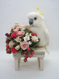 羊毛フェルト キバタンと薔薇苺の椅子オブジェ 樹脂粘土 鳥 ゆこりん工房