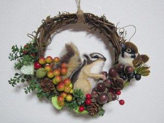 新作秋 羊毛フェルトシマリスと雀ちゃんのリアル可愛いリース 野鳥 リス ゆこりん工房