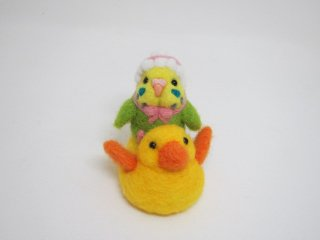 新作 アヒル玩具に乗ったベビーインコ バッグチャームにも変身 黄緑 ゆこりん工房 鳥