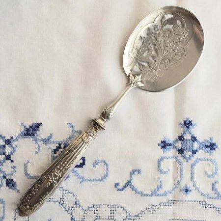 植物模様の美しい透彫り 銀の取り分け用スプーン