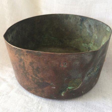 古い銅鍋の小物入れ