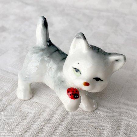 子猫とてんとう虫の小さな陶器人形