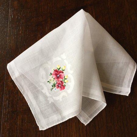 赤いパンジーと小花の刺繍のハンカチ