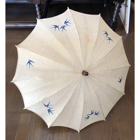 ツバメが飛び交う リネンの日傘
