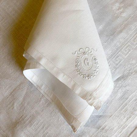 カクテル・テーブルナプキン  コーナーにモノグラムとリースの刺繍