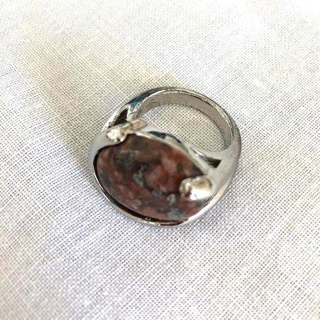 褐色の石の指輪