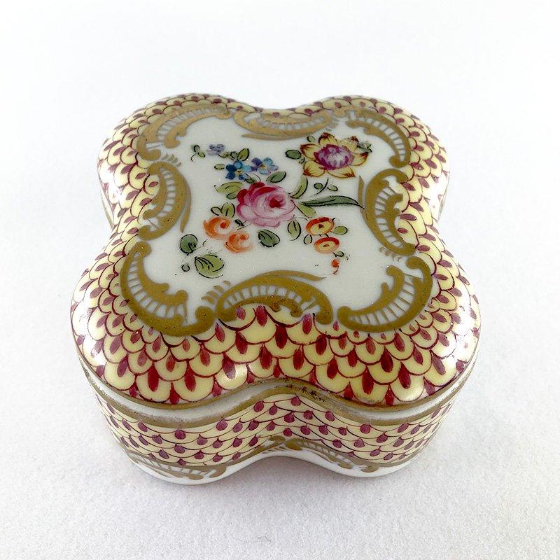 ボンボニエール 四つ葉型 陶器の小物入れ
