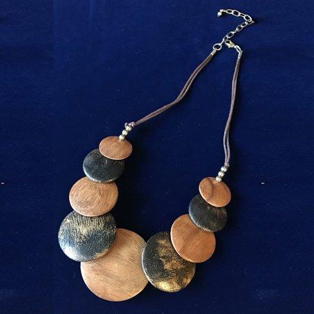 木製円盤飾りのビブネックレス
