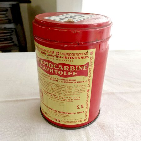 TIN缶 赤い薬のパッケージ 円筒