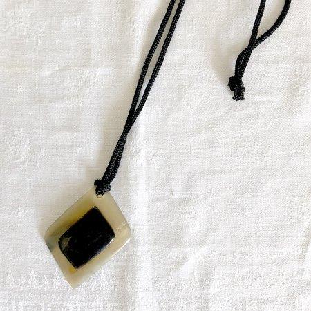 角のペンダント ネックレス 自然素材 2トーンひし形