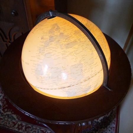 地球儀のフロアランプ