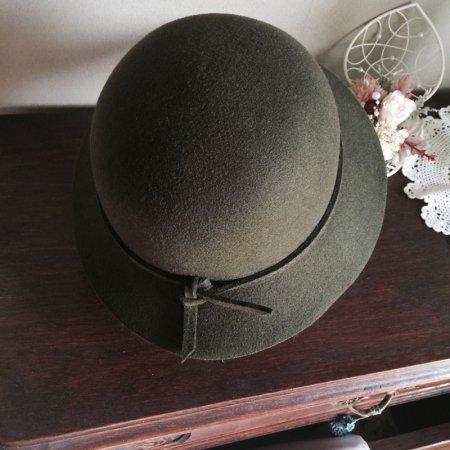 クラシカルなフェルト製帽子(カーキ)