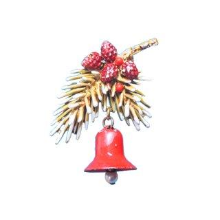アート・雪が積もったモミの木と赤いクリスマスベルのブローチ