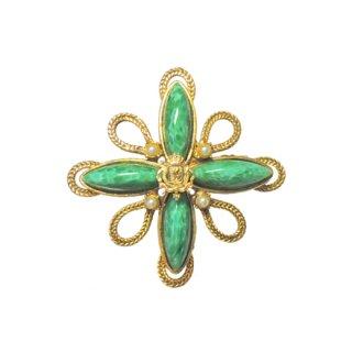 アクセソクラフト・クラシカルなスタイルの勲章風ブローチ