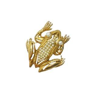 ホベー・インパクトが際立つ金色の蛙のブローチ