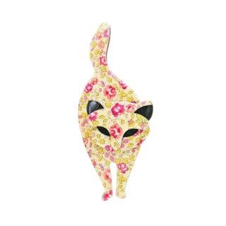 リアスタン・お花のプリントが愛らしい猫のブローチ